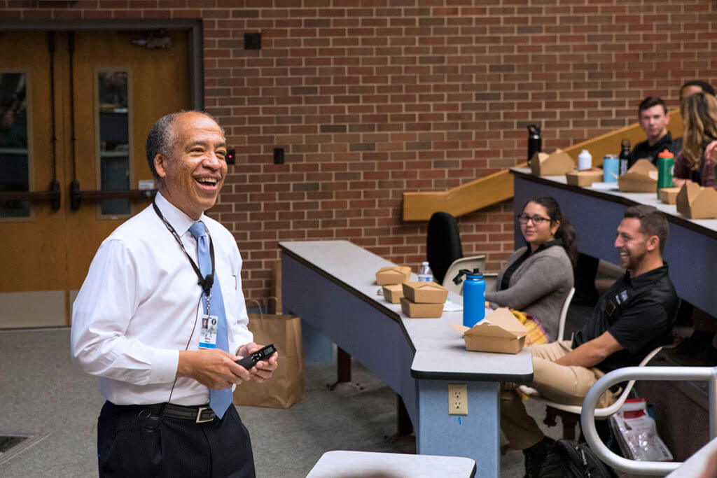 Dean Reed stands in front of veterinary students seated in Lynn 1136